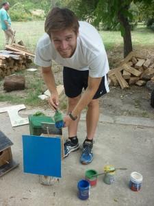 Адам, доброволец в Карин дом, сглобява и боядисва къщички за птици