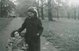 Двете сестри Карин и Фелиция в Хайд Парк, Лондон, Великобритания, 1957г. // Karin and her sister Felicia, Hyde Park, London, UK, 1957.