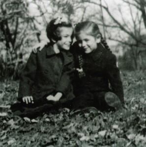 Карин със сестра си Фелиция, Сентрал Парк, Ню Йорк, САЩ, 1943г. // Karin and her sister Felicia, Central Park, New York, USA, 1943.