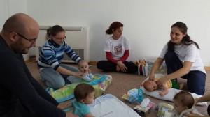 Бебчовци с мама и тате правят бебешка гимнастика в Карин дом