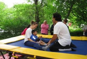 Деца и специалисти по време на терапевтична сесия на трамплин в Карин дом